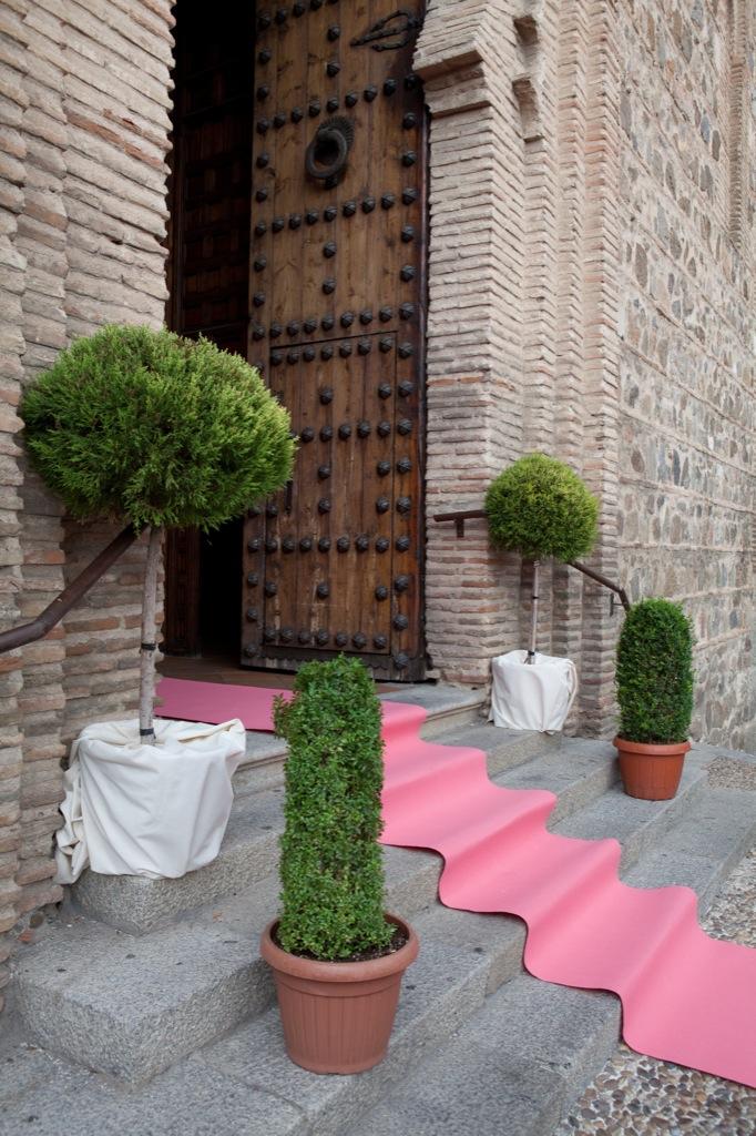 "Entrada iglesia por la alfombra ""rosa"""