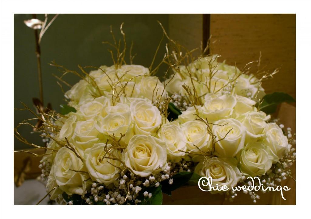 centros de rosas blancas con ramas doradas