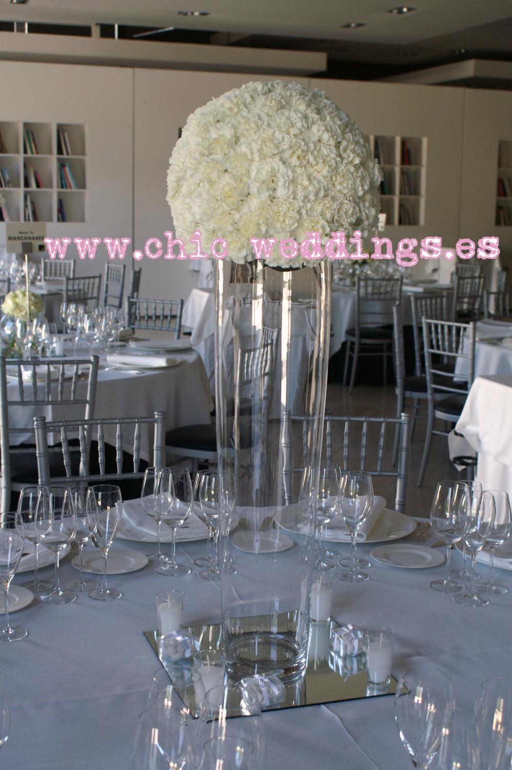 y a la vez bolas de flor en las bodas quedan preciosasuy el color blanco sin duda una vez ms es una apuesta segura